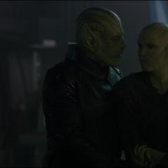 Talos se reune con su esposa y su hija.