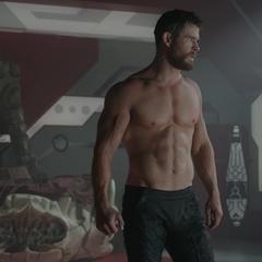 Thor despierta en la habitación de Hulk.