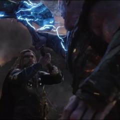 Thor intenta detener a Thanos de obtener el Nano Guantelete.
