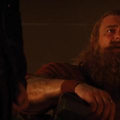 Volstagg comienza a sospechar de Loki.