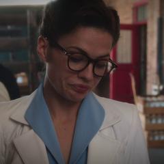 Carter se hace pasar por inspectora de sanidad.