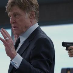 Pierce es tomado a punta de pistola.