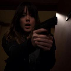 Skye destruye su arma con sus poderes.