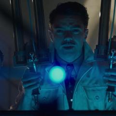 Stark analiza el artefacto que Rogers le robó a HYDRA.