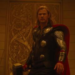 Thor regresa a Asgard para exponer los planes de Loki.