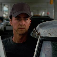 Banner descubre que la policía está registrando los autos.