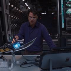 Banner examina el Cetro de Loki.