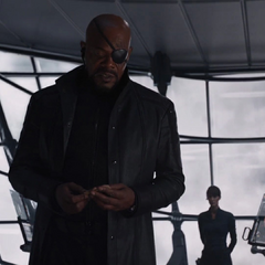 Fury le muestra a Rogers la colección de cartas de Coulson.