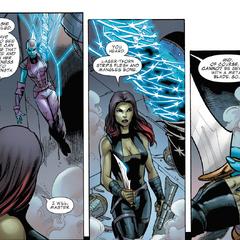 Gamora le entrega una daga a Nebula.