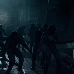 Groot usa sus brazos para levantar a varios Sakaarianos.