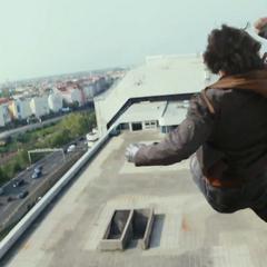 Barnes salta del edificio.