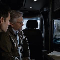 Lang viendo a Hope por la pantalla de la camioneta.