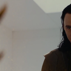 Loki mirándose fijamente con Algrim.