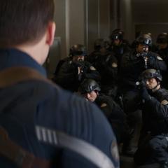 Rogers se encuentra con más unidades de STRIKE.
