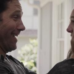 Cassandra y Scott se hablan.