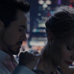 Potts y Stark continúan con su relación.
