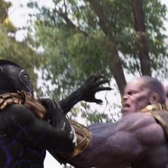Thanos atrapa a T'Challa.