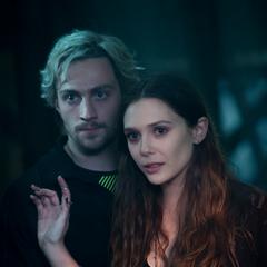 Wanda detiene a Pietro en impedir que Stark se apodere del Cetro.