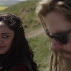 Brunnhilde se encuentra con Thor fuera de Nuevo Asgard.
