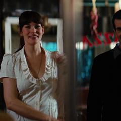 Elizabeth y Samsom llegan a la pizzería.