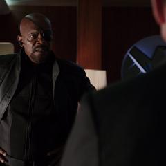 Fury regaña a Coulson por dañar el Autobús.