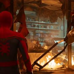 Parker llega a la tienda de Delmar destruida.
