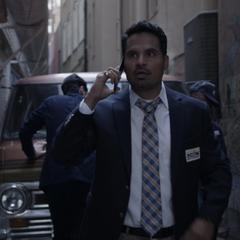 Luis le advierte a Lang que el FBI va tras ellos.