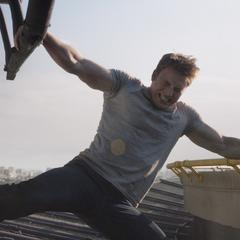 Rogers impide que Barnes escape en el helicóptero.