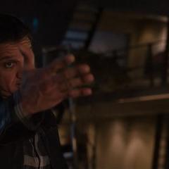 Barton invita a los Vengadores a intentar levantar el Mjolnir.