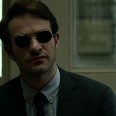 Murdock escucha a Elena Cardenas.