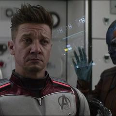 Barton se coloca el traje tecnológico avanzado.