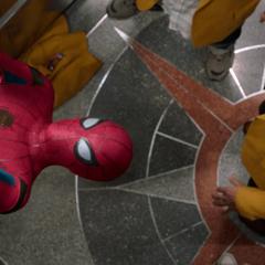 Parker logra prevenir la caída del elevador.