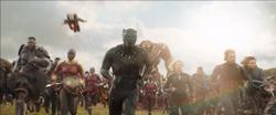 Vengadores y Wakandianos luchando
