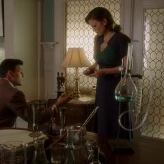 Carter y Sousa analizan la casa de Wilkes.