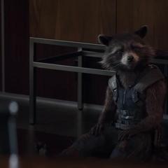 Rocket habla con Stark sobre Thor.