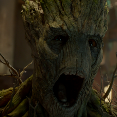 Groot enfrenta a los guardias del Klyn.