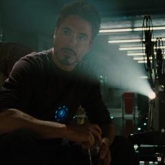 Stark escucha el mensaje de Howard en un video.