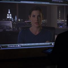 Hill contacta a Coulson desde la Torre de los Vengadores.