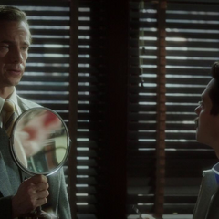 Jarvis sostiene el espejo de Stark.