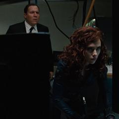 Romanoff ayuda a Stark desde la sede.