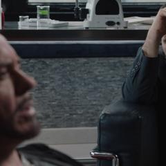 Stark le habla a Banner sobre sus traumas.