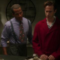 Jarvis analiza un mapa con Wilkes.