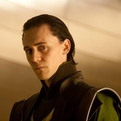 Loki habla con Sif y los Tres Guerreros.
