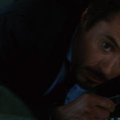 Stark trata de protegerse del ataque.