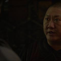 Wong advierte a Strange lo que pasaría si algún libro es robado.