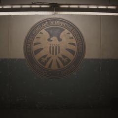 Logo de S.H.I.E.L.D. en una muralla subterránea del Campamento Lehigh.