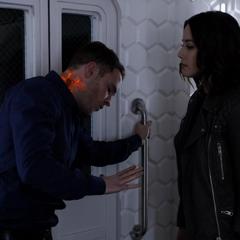 Johnson intenta salvar a Fitz del Nitrameno.