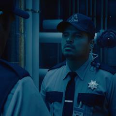 Luis discute con el Jefe de Seguridad.