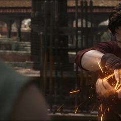 Strange conjura un arma para entrenar con Mordo.