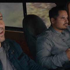 Luis le cuenta a Lang cómo ha sido su vida.